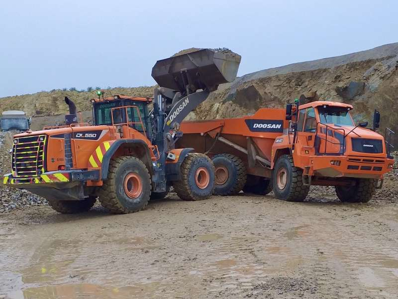 Doosan DL550-5 wheel loader and DA40-5 articulated dumptruck